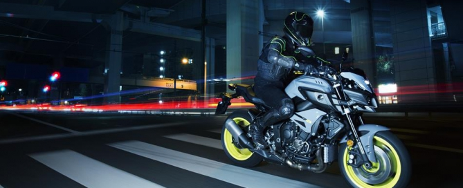 2016-Yamaha-MT-10-EU-Night-Fluo-Action-011